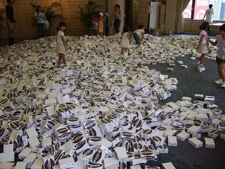 画像=子どもたちによって崩された1万個の「万かつ」箱
