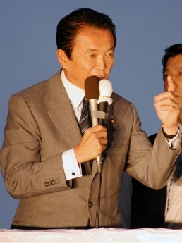 画像=秋葉原で演説する麻生太郎首相