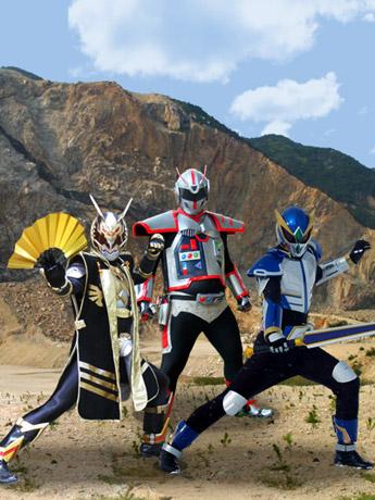 画像=左からマブリットキバ、超装甲ジオブレード、岩鷲護神 ハチマンタイラー