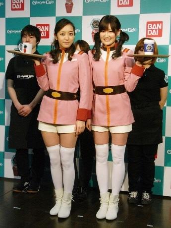 画像=同店ユニホームを着用した我謝レイラニさんと鹿谷弥生さんとカフェスタッフ