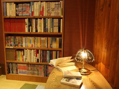 「人生遊戯酒場 三叉路」店内の本棚