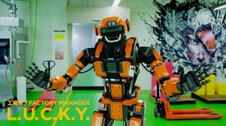 グッスマ楽月工場を案内するロボット工場長・らっさん
