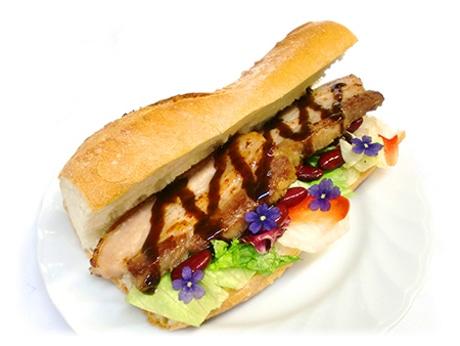 アスナがキリトに作ったサンドイッチを再現した「アスナのバゲットサンド」(1,296円)