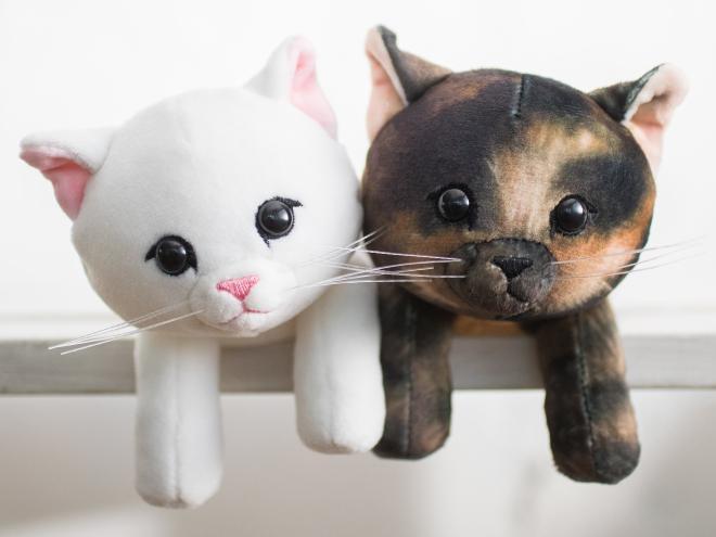 「もっちり子猫ポーチ」のショップ限定デザイン白猫とサビ猫