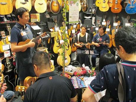 店舗スタッフに教えてもらいながら楽器に挑戦する「ふれあい音出し体験」