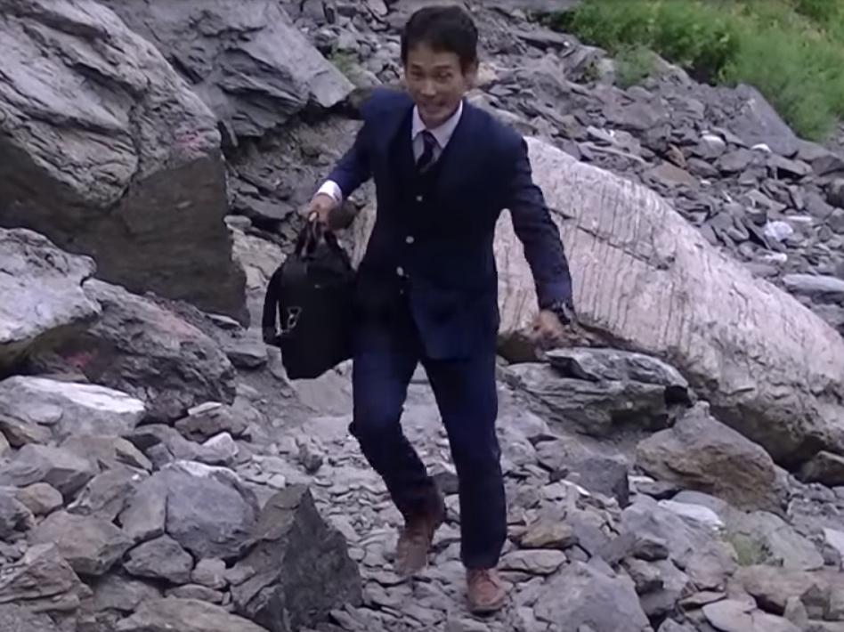 スーツに革靴で北岳を登る佐田展隆社長動画のワンシーン