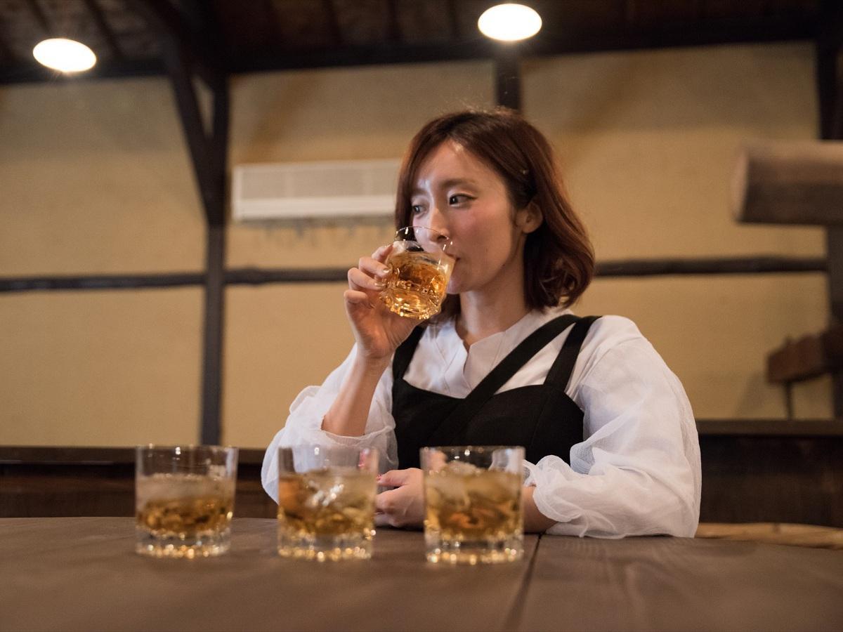 梅酒をテイスティングする梅田彩佳さん