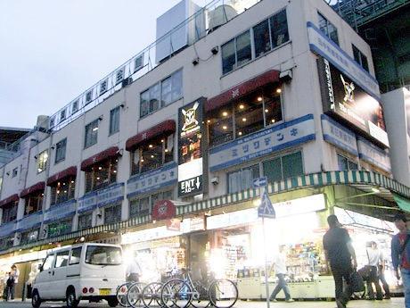 秋葉原電波会館2階のメイド喫茶・コスプレ酒場「欧風ギルドレストラン ザ・グランヴァニア」。画像はオープン当時の外観