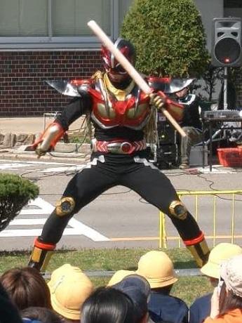 子どもから年輩者まで「超神ネイガー・ショー」が開催される場所には多くの人が集まる。地元テレビ局では「秋田で最も視聴率が取れる男」とも