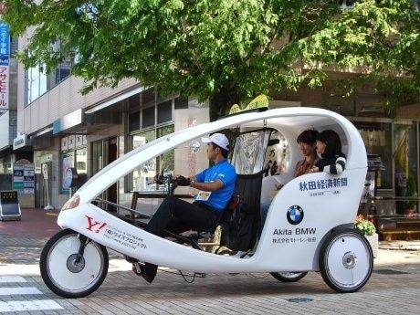 秋田で初走行する「ベロタクシー」。ドライバーは「ベロタクシー仙台」の山本さん