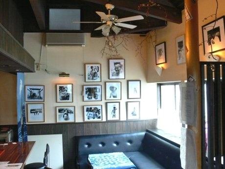写真家・トシ・オオタさんの作品約30点を展示する店内