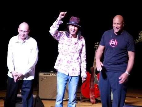 会場の歓声に応える秋田出身のジャズギタリスト・小沼ようすけさん(中央)、リンカーン・ゴーインズさん(左)とスティーブ・フェローンさん(右)