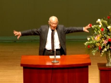 昨年度の同講座で、鳥のポーズを決める特別講師の柳生博さん。今年は山根一眞さんを特別講師に招く