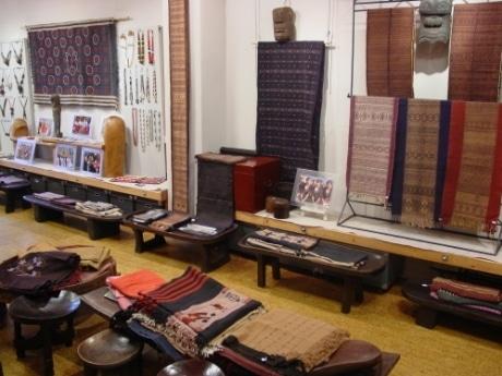 ナガ族、チン族の工芸品が並ぶ店内