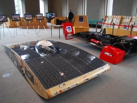 ヘアドライヤーよりも少ない消費電力で時速80キロをマークする「Jonasun(ジョナサン)」。ボディーとシャーシ(写真奥)