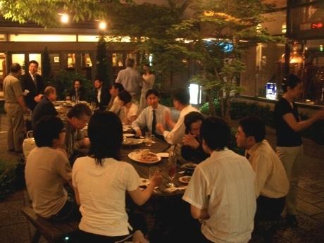 延べ200人が参加し、10回目を迎える「グリーンドリンクス」。開催場所の「ビアカフェ・あくら」