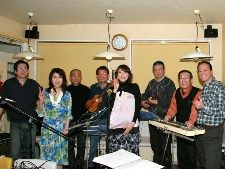 松本英子さんの父・松本実さん(左端)がバンドリーダーの「ポニーハワイアンズ」