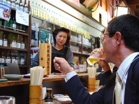 「秋田乃瀧」のカウンター越しに同店女将との会話を楽しむ参加者