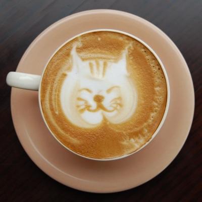 カフェ・ラテに描かれた鈴木太郎さんの「ラテ・アート」作品