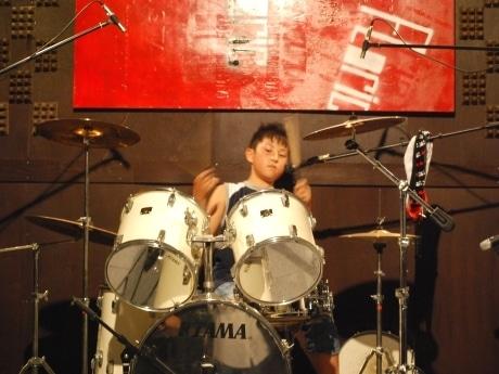 大人顔負けのドラムテクニックを披露する10歳のロックドラマー黒沢圭哉くん