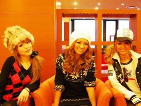 秋田で「ノギャル」プロジェクトを発表した藤田志穂さん(中)と板橋瑠美さん(左)、ギャルモデルの今泉宏美さん。秋田市内のホテルで