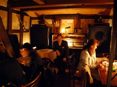 秋田の老舗ジャズ喫茶「RONDO(ロンド)」。店主の那珂静男さん(写真中央)