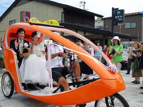 挙式仕様のベロタクシーで「街前式」を行う大志田さん夫妻