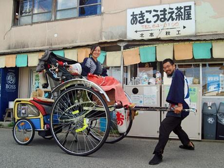 二人旅をつづける山田祥平さんと中川水帆さん。秋田市の宿泊先で