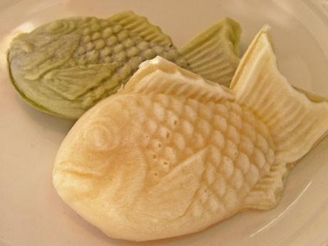 白い外皮と独特のモチモチとした食感が特徴の「白いたいやき」(写真奥は1日50個限定の「抹茶」)