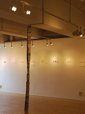 名刺サイズの紙片を2.5メートル積み重ねた「名刺タワー」