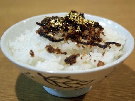 食用の「金粉」をふりかけたご飯