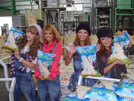 パッケージされた「シブヤ米」を手に初出荷を喜ぶ「ノギャル」メンバー