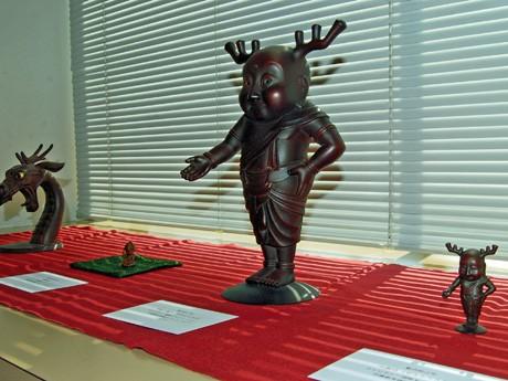 「ギャラリー杉(さん)」(秋田市大町1)の「チャリティー・アート展」。「せんとくん」の作者・藪内佐斗司さんのブロンズ彫刻作品も