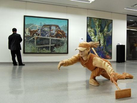 秋田在住アーティストの作品43点を展示する秋田県立美術館(秋田市千秋明徳町)