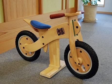秋田の伝統工芸技術「曲げ木」を使った幼児向け木製二輪玩具「Type-01」