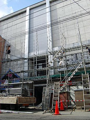 改装工事が進む「フィッシュジャパンビル」(通称=川反ビル)。改装中も既存店舗の営業は続ける