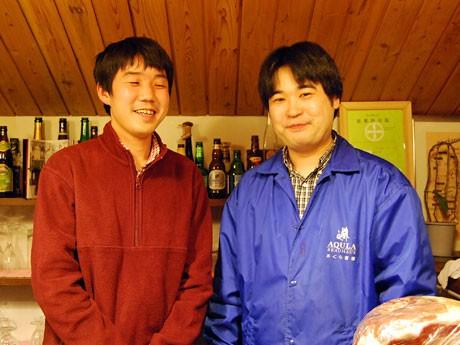 日本地ビール資料館」館長の山本さん(左)と秋田市大町のビール醸造所「あくら」醸造長の長谷川さん
