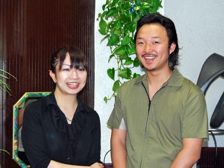 NPO法人「福祉理容美容協会ほわいと」を設立した岩見谷真広さん(右)とスタッフ