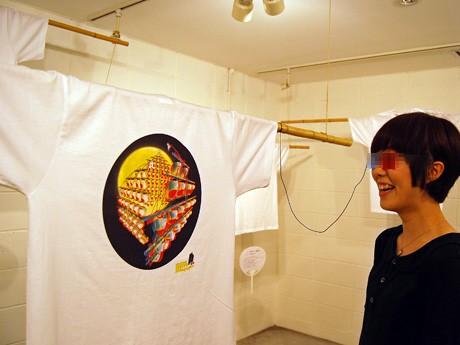 図柄が立体的に浮かび上がって見える「飛び出す」TシャツなどユニークなデザインTシャツ5点を展示する「仲小路発 秋田の新お土産project VOL.1 - お祭りT」展
