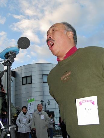 勤労感謝の日に合わせて行われた大声コンテストで「ありがとう!」を叫ぶ秋田市民