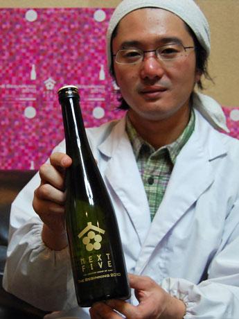 秋田県内の蔵元5社のグループ「NEXT5」が初めて発売する「ザ・ビギニング2010」と新政酒造の佐藤祐輔専務