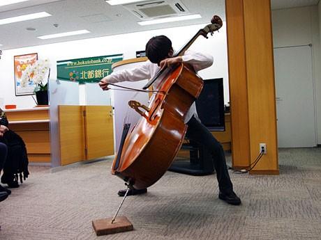 北都銀行牛島支店でコントラバスを演奏する佐藤毅さん
