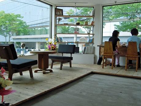 白を基調としたシンプルな空間の「08 COFFEE」カフェスペース