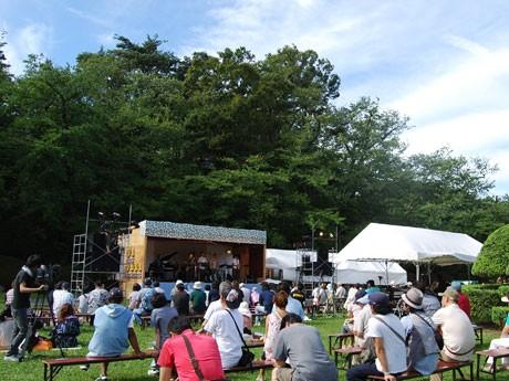 多くの来場者でにぎわった秋田市の屋外音楽祭(写真は千秋公園会場)