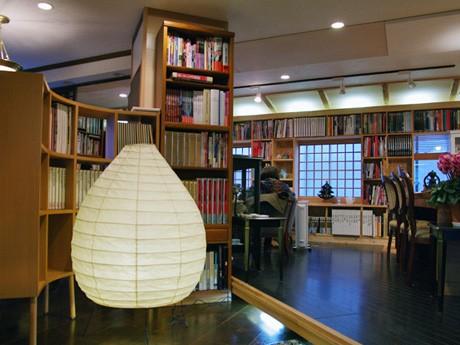 約6000冊の蔵書を壁に見立てたカフェ「書斎珈琲(ショサイカフェ)」