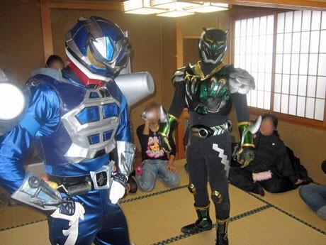 歓送迎会の酒宴などにも「出張」する秋田のご当地ヒーロー「超神ネイガー・ジオン」(右)と「アラゲ丸」
