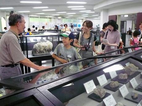 秋田大学鉱業博物館で小中学生を案内する「サイエンスボランティア」