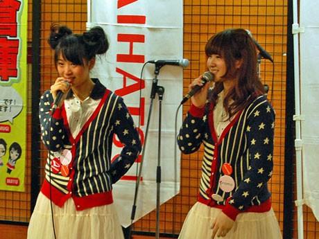 卒業ライブであいさつする秋田の少女アイドルグループ「pramo(プラモ)」のSONOKAさん(左)とMIYUさん
