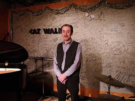 「ザ・キャットウォーク」の太田徹さんと国内外のジャズマンが残した店内壁面
