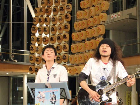 JR秋田駅前でCDデビュー記念ライブを開いた「サクラメント」